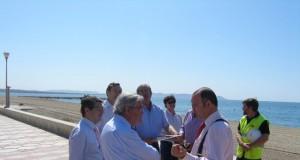 Visita de los representantes gubernamentales a la playa de Costa Cabana.
