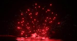 Los fuegos artificiales iluminaron el cielo en la Noche de San Juan.